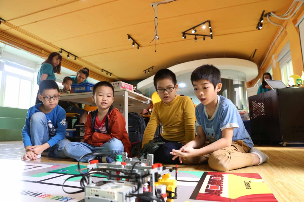Teky students play with robots