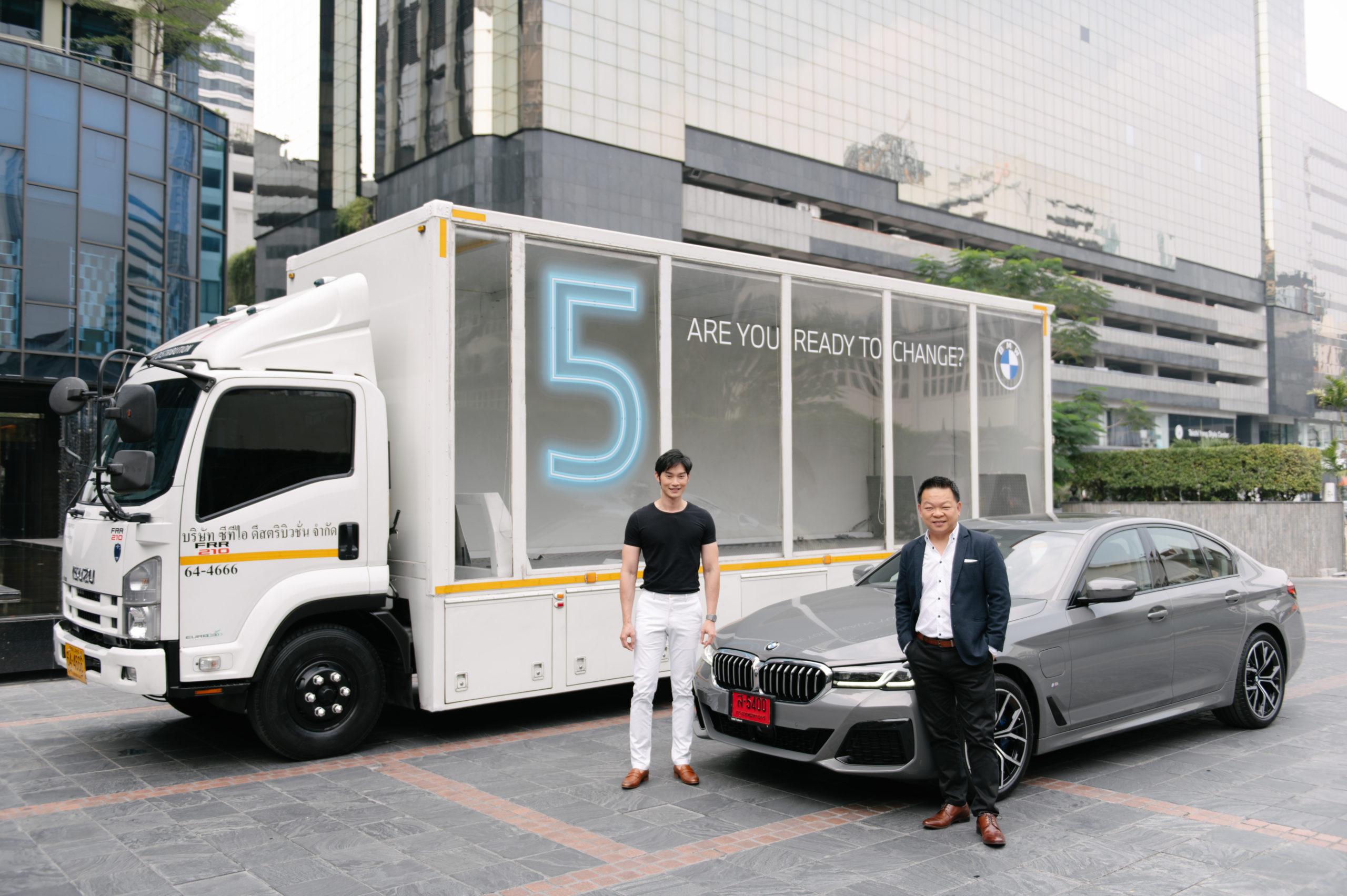 'คุณจิมมี่-ปรีชา นินาทเกียรติกุล' ผู้อำนวยการฝ่ายการตลาด บีเอ็มดับเบิลยู ประเทศไทย ส่งมอบรถยนต์ The New BMW 5 Series ด้วยตนเองให้กับ 'คุณโอ็ต-พิทักษ์ สภาธรรม'